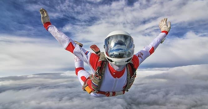 Спорт Вопрос: По состоянию на 2014 год был установлен мировой рекорд по прыжкам с парашютом с какой высоты?