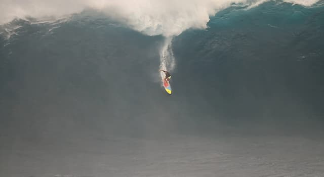 Спорт Вопрос: Сёрфинг на больших волнах — отдельная дисциплина в сёрфинге, в которой спортсмены ловят волны какой высоты?