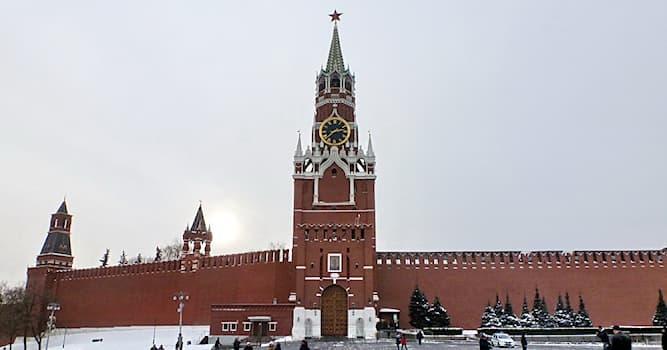 История Вопрос: Как наказывались мужчины в XVII в., которые не снимали головные уборы, проходя через Спасские ворота Кремля?