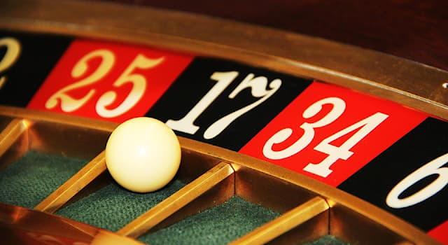 Общество Вопрос: Как называется банкомёт в казино, который ведёт игру, выдаёт участникам их выигрыши и контролирует ставки?