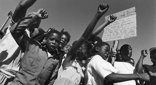 История Вопрос: Как называлась официальная политика расовой сегрегации, существовавшая в ЮАС и ЮАР с 1948 по 1994 год?
