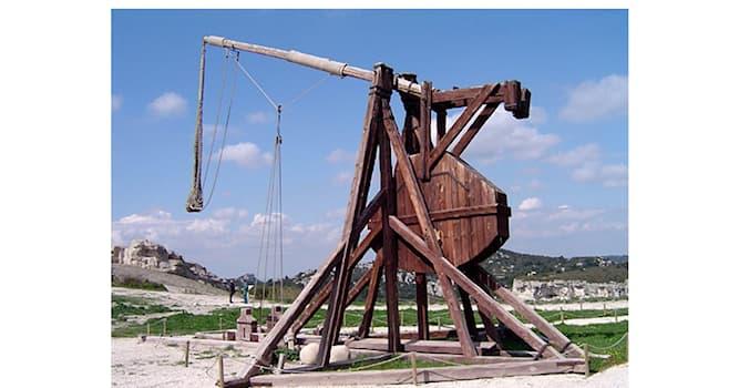 История Вопрос: Как называлась средневековая метательная машина гравитационного действия для осады городов?