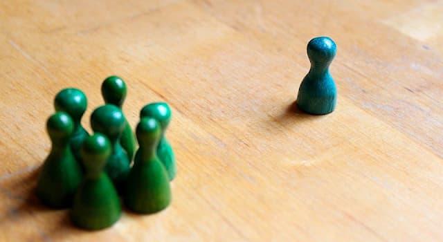 Общество Вопрос: Как называют негативное или предвзятое отношение к человеку на основании наличия какого-то признака?