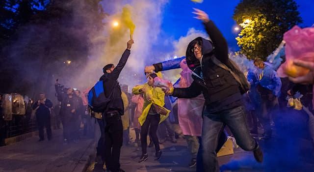 """Общество Вопрос: Кто автор учебника по """"цветным революциям"""" «От диктатуры к демократии»?"""