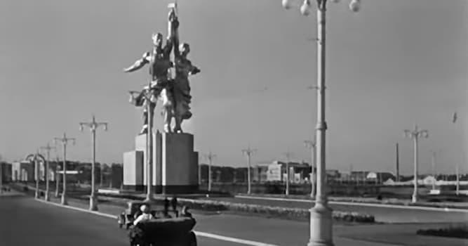 Кино Вопрос: В каком фильме в СССР был впервые показан памятник «Рабочий и колхозница», позже ставший эмблемой «Мосфильма»?