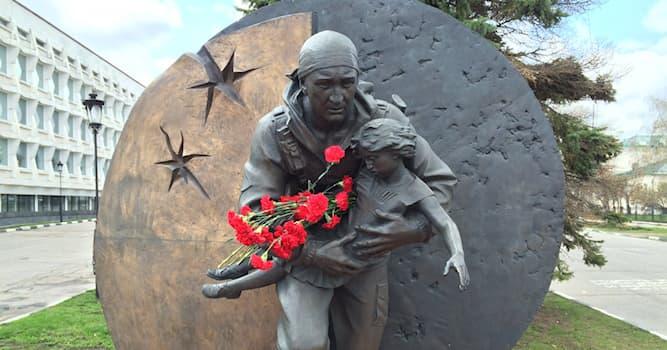 История Вопрос: В каком из городов установлен памятник Дмитрию Разумовскому, воину-освободителю детей в Беслане?