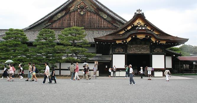 """История Вопрос: Дворцовый комплекс Нидзё в Японии известен своими """"поющими полами"""". Для какой цели они были предназначены?"""