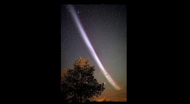 Наука Вопрос: Как называется атмосферное явление, которое выглядит как длинная светлая полоса на небе?