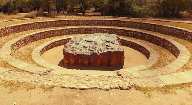 Наука Вопрос: Как называется и где находится самый крупный метеорит, упавший на Землю?