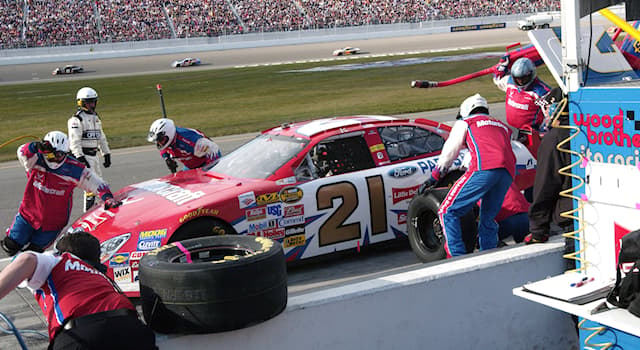 Спорт Вопрос: Как называется техническая остановка машины во время гонки для заправки топливом или смены водителей?