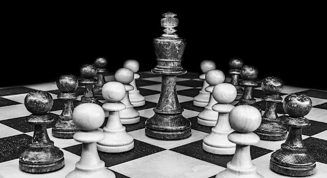 Спорт Вопрос: Какая фигура из перечисленных присутствует у каждого игрока в шахматы только в одном экземпляре?