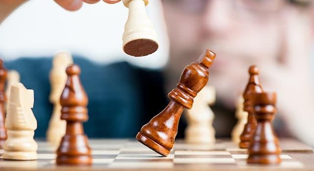 Спорт Вопрос: Какая шахматная фигура является самой слабой?