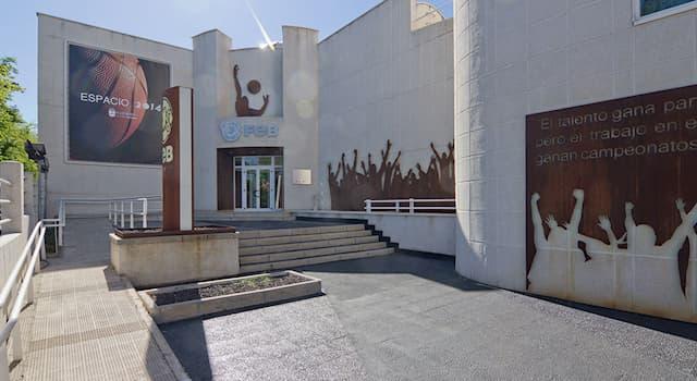 Спорт Вопрос: Какому виду спорта посвящен расположенный в испанском городе Алькобендас Зал славы ФИБА?
