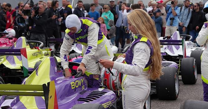 Спорт Вопрос: В каком году состоялся первый сезон гоночной серии W — полностью женского формульного турнира?