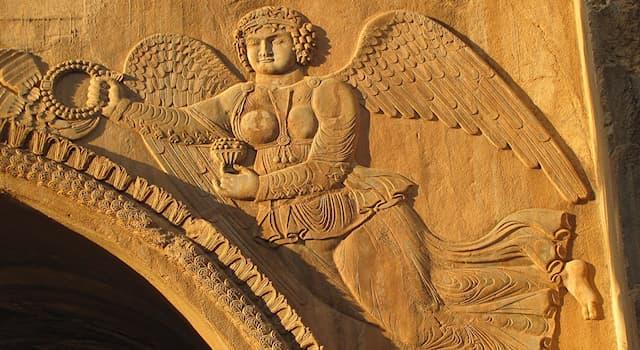 Культура Вопрос: Какая богиня облетала поле битвы, награждая победителей венком из лавровых листьев?