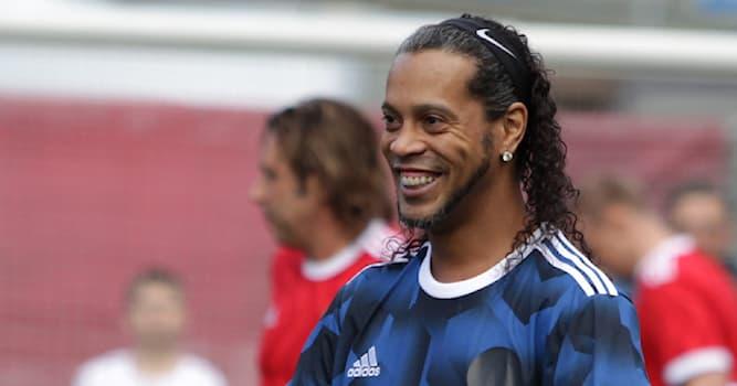 Спорт Вопрос: Какой футболист изображён на фото?